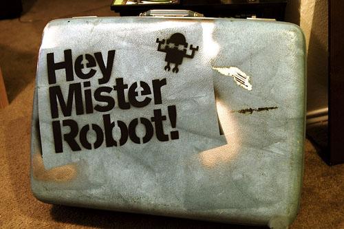 Мистер Робот! Чемодан с трафаретом
